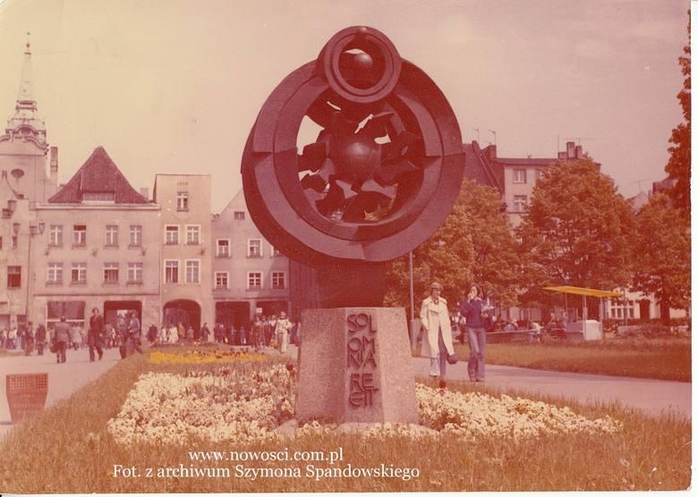 """Rzeźba """"Helios"""" Józefa Kopczyńskiego pojawiła się na placu Rapackiego w 1973 roku, z okazji jubileuszu kopernikańskiego. O ustawienie"""