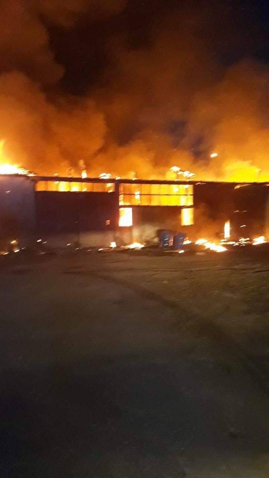Dziś (piątek) o godzinie 4.49 strażacy zostali zadysponowani do pożaru tartaku w Lipuszu. Po przyjeździe na miejsce zdarzenia zastano w pełni rozwinięty