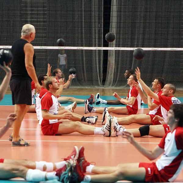 """Wczoraj po południu resoviacy po raz pierwszy trenowali na Podpromiu. """"Bawili się"""" m.in. piłkami lekarskimi."""