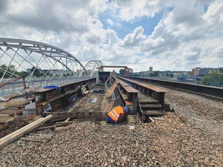 """""""Stalowe elementy konstrukcji zostały już przygotowane do demontażu"""" - podkreślają kolejarze."""