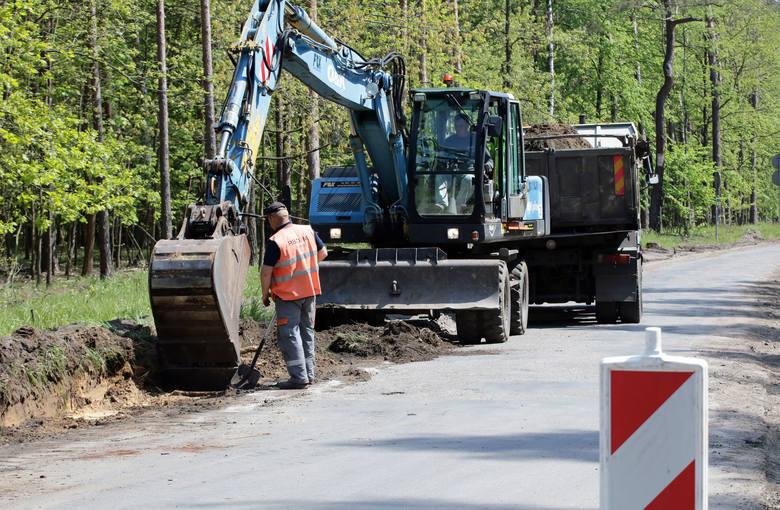 Ulica Południowa remontowana jest od 8 maja. Robotnicy Przedsiębiorstwa Budowy Dróg i Mostów ze Świecia nad Wisłą zdążyli już usunąć pnie drzew rosnących