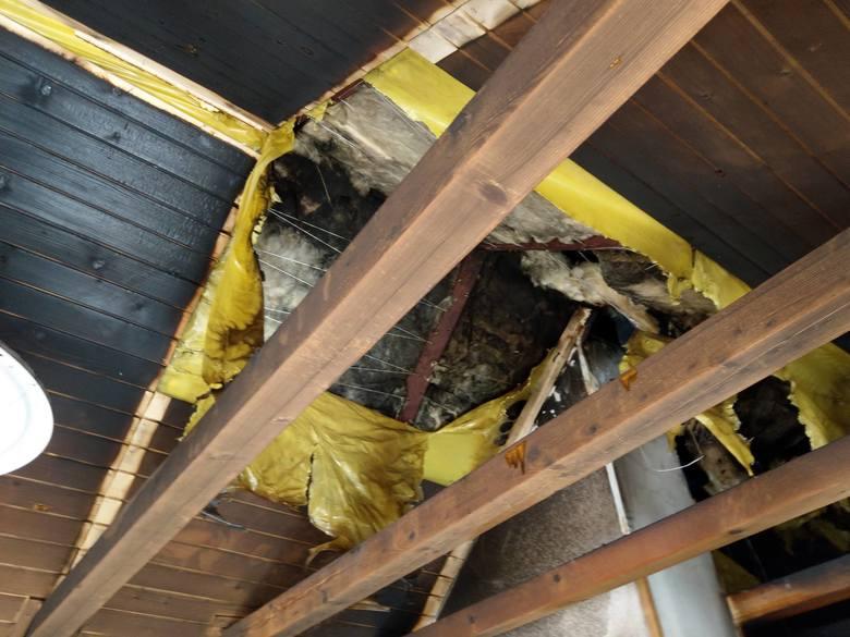 Pożar w Bolechowicach. Paliło się poddasze domu jednorodzinnego. Jedna mieszkanka była poszkodowana