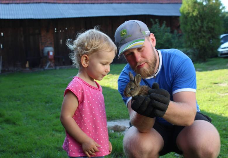 Mateusz Skibe z żoną Ulą córką Hanią założyli gospodarstwo ekologiczne, które nazwali Grzeski Dąb.