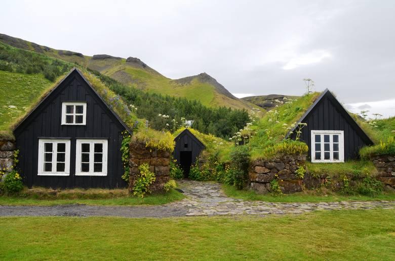 Typowy przykład budownictwa łączącego architekturę z naturą można oglądać w islandzkim Muzeum Skogar. Poza licznymi eksponatami obrazującymi historię