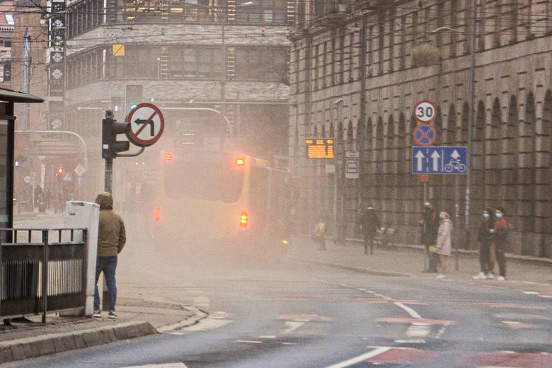 Tumany kurzu wzbijające się w powietrze na ulicach we Wrocławiu