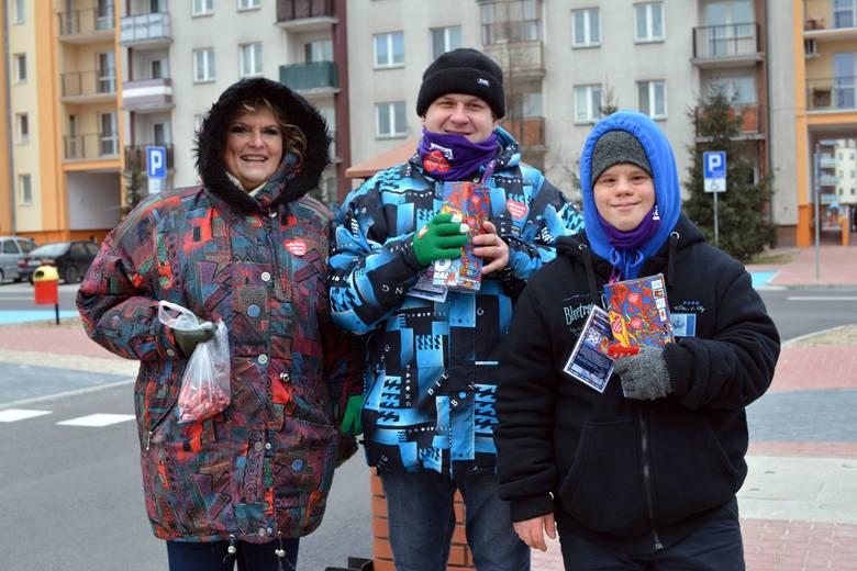 Wolontariusze Wielkiej Orkiestry Świątecznej Pomocy w Mielcu od rana z uśmiechem na twarzy kwestują dla najbardziej potrzebujących i nie przeszkadza