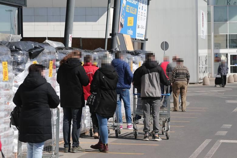 Sieci handlowe w Polsce wydłużyły godziny otwarcia swoich sklepów. To reakcja na zmiany ogłoszone przez polski rząd w związku z rozprzestrzenianiem się