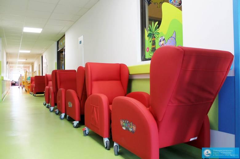 15 nowych rozkładanych foteli dla rodziców i opiekunów pacjentów oddziałów dziecięcych trafiło dziś do Wielospecjalistycznego Szpitala Wojewódzkiego
