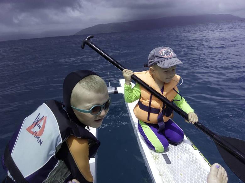 Jack i Toboma na wielkiej wodzie. Dzieci pływały w kapokach i przez cały czas pozostawały pod czujną opieką rodziców<br />