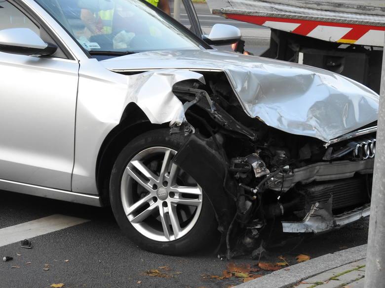 Audi na warszawskich numerach rejestracyjnych zderzyło się z volkswagenem dostarczającym catering na terenie miasta