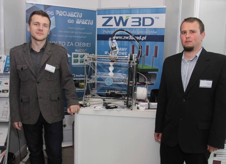 Piotr Sieńko i Krzysztof Godyń z Krakowa zaprezentowali w Radomiu drukarkę 3D. Drukowanie za jej pomocą polega na warstwowym nakładaniu materiału modelowego