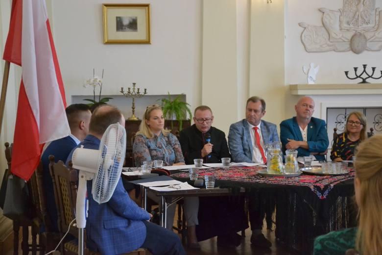 """Miejska Biblioteka Publiczna w Lipnie po raz kolejny wzięła udział w """"Narodowym Czytaniu"""". W tym roku na ósmą edycję akcji wybrano osiem nowel polskich."""