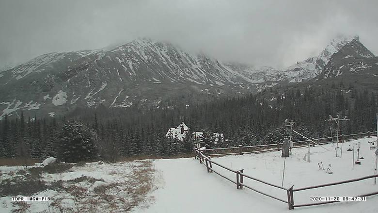 W Tatrach spadł śnieg. Górskie szczyty zrobiły się białe. Na szlakach jest ślisko
