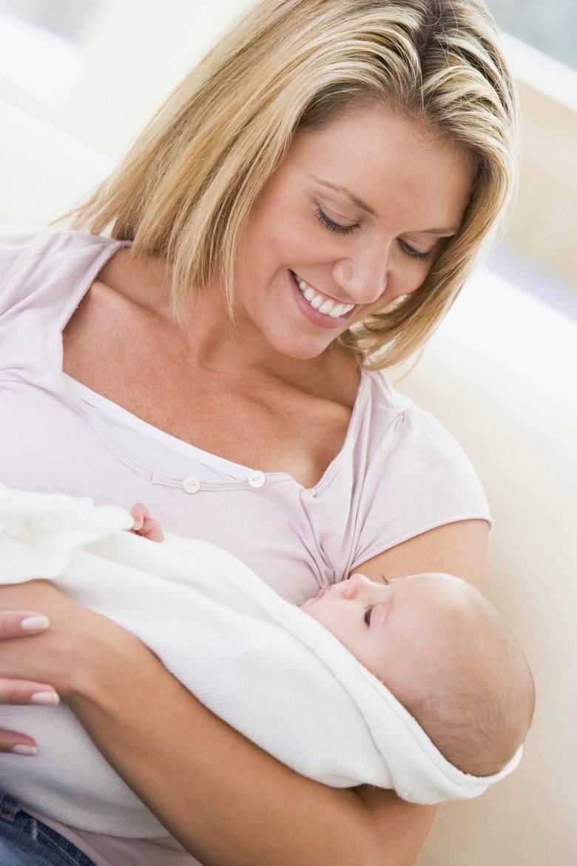 Pierwszy miesiąc życia to okres noworodkowy. Dziecko większość czasu śpi i przyjmuje pokarm. W kolejnych miesiącach niemal z tygodnia na tydzień nabywa