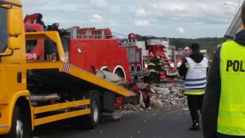 Zdrzenie ciężarówki przewożącej śmieci z samochodem osobowym zakończyło się tragczne. Zmarła 28-letnia kobieta