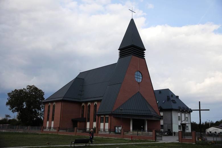Kościół Matki Bożej Fatimskiej w Płaszowie (ul. Mały Płaszów 11) W 2012 r. został on poświęcony przez kard. Stanisława Dziwisza i oddany do użytku.