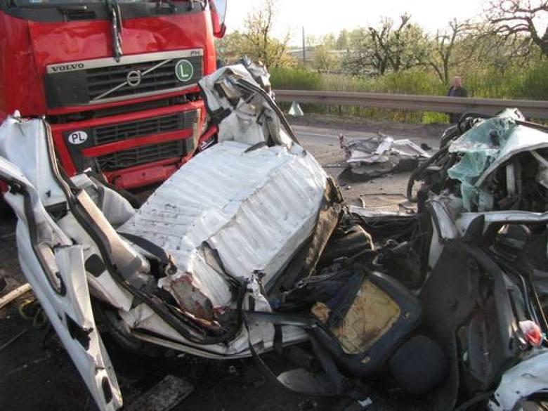 Wypadek w Ostrowie: Na Wrocławskiej zginęła jedna osoba, druga walczy o życie