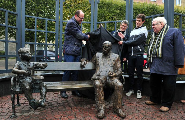 Figurę Grassa na wrzeszczańskiej ławeczce odsłonili wspólnie wnuk pisarza, syn - Franz Grass oraz Sławoj Ostrowski i Paweł Adamowicz