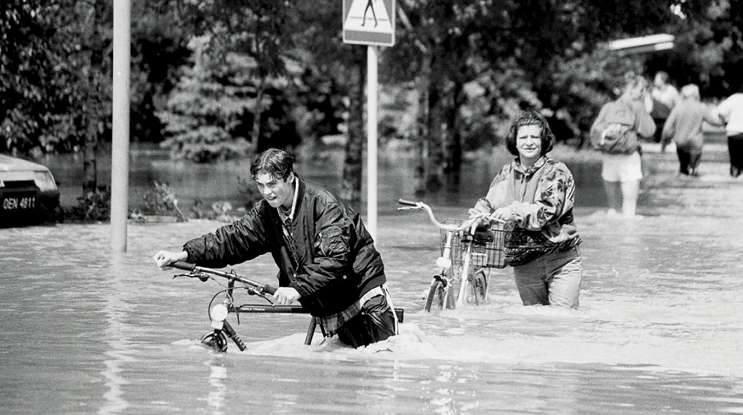 Nysa, 1997. Dwoje rowerzystów próbuje przedrzeć się na suchy ląd. Przejście z rowerem w takich warunkach było nie lada wyczynem.
