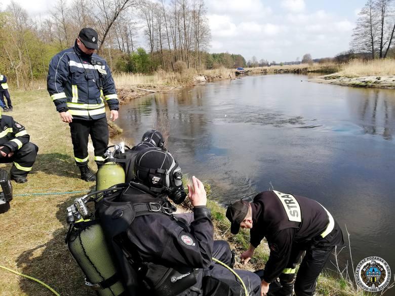 Kierowcy udało się jednak samemu wydostać z tonącego pojazdu. W poniedziałek rano strażacy rozpoczęli akcję wyciągania samochodu z rzeki.