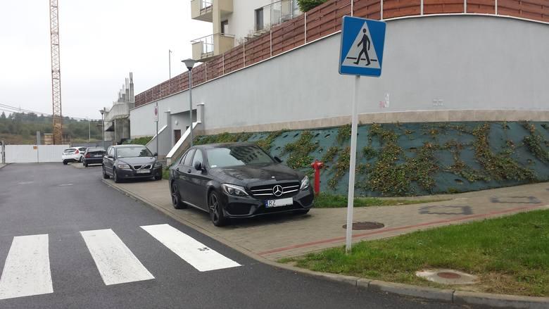Nasi czytelnicy przysyłają kolejne zdjęcia nieprawidłowo parkowanych samochodów, które utrudniają ruch i niszczą tereny zielone w Rzeszowie. Po raz kolejny