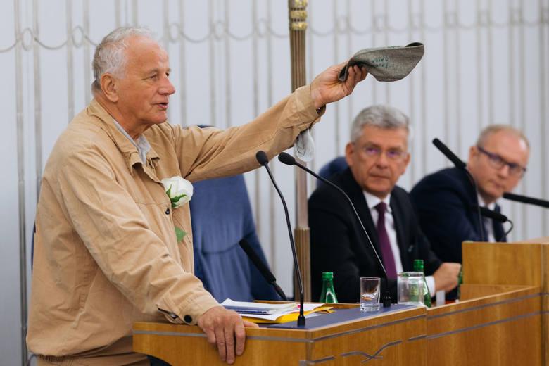 Jan Rulewski 21 lipca wystąpił w Senacie w więziennym drelichu i kaniole, pamiątkach po internowaniu na Białołęce w stanie wojennym. Miał też białą różę. To był jego protest przeciw reformie sądów PiS-u<br />