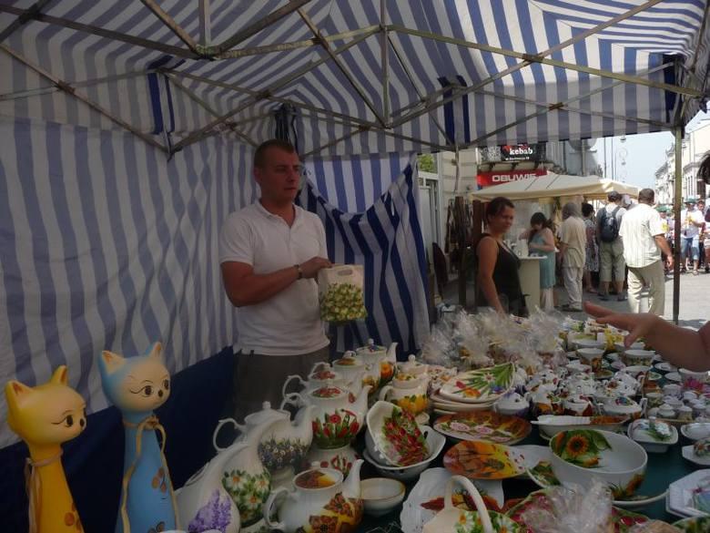 - Częściej pytają niż kupują, choć jak słychać chwalą - mówił Tomasz Żołądkiewicz z Poznania, który sprzedaje ręcznie wykonaną ceramikę i porcelanę.