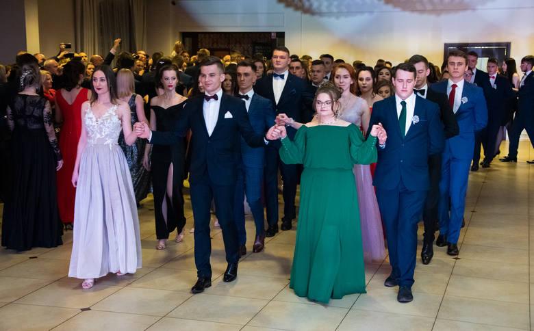 W sobotni wieczór maturzyści z Zespołu Szkół imienia księdza Stanisława Staszica w Tarnobrzegu bawili się na swojej studniówce we wnętrzach Dworu Dwikozy.