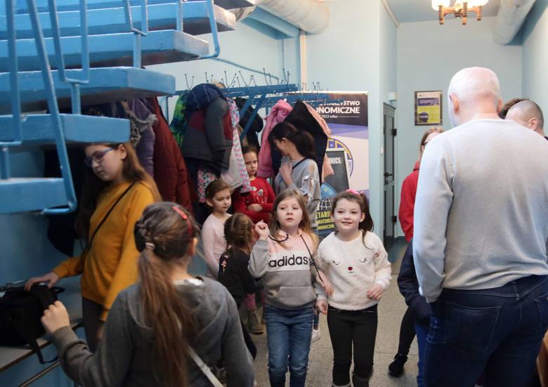 """Z głowami wśród gwiazd feryjny wtorek spędzały dzieci w Planetarium i Obserwatorium Astronomicznym w Grudziądzu. Obejrzały seans """"Nasz Wszechświat""""."""