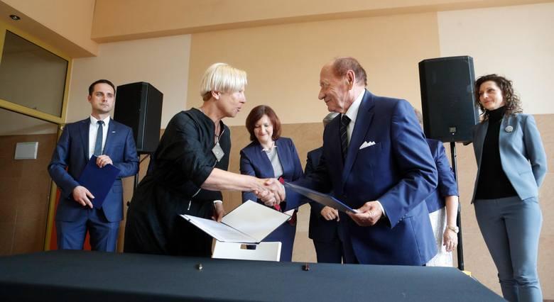 Porozumienie podpisali m.in. Małgorzata Zielińska z zarządu PKP S.A. i  Tadeusz Ferenc, prezydent Rzeszowa.