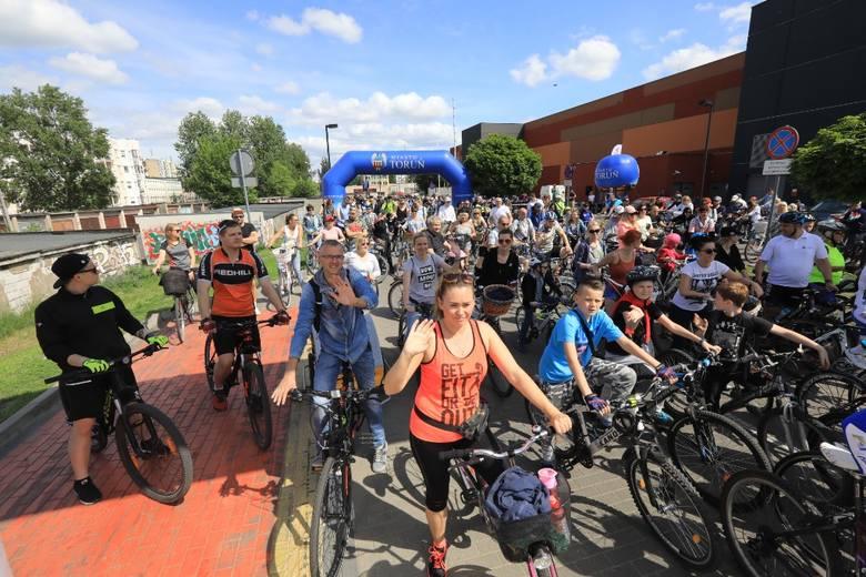 """Już po raz czwarty setki rowerzystów wzięły udział w rajdzie """"Toruń na rowery"""". Tegoroczna impreza rozpoczęła się pod CH Toruń Plaza,"""