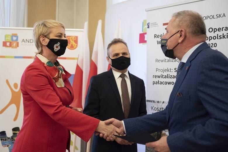 Promesę gwarantującą dofinansowanie przedsięwzięcia kwotą ponad 13 mln zł przekazała burmistrzowi Andrychowa Tomaszowi Żakowi Iwona Gibas z zarządu