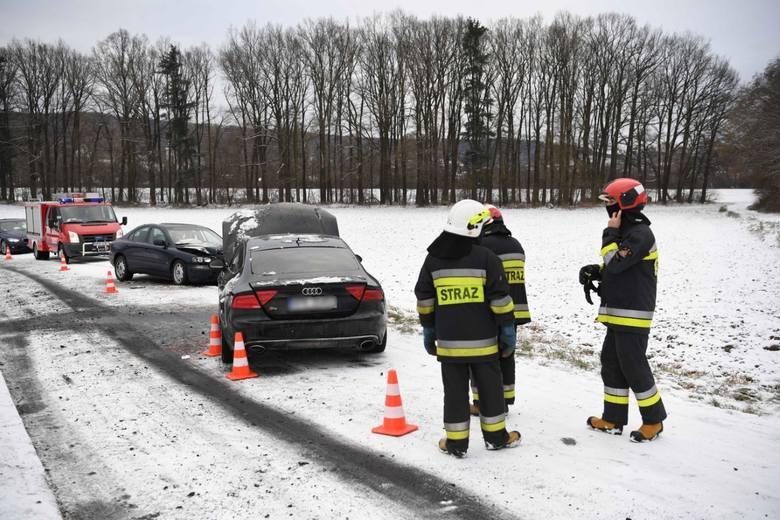 Wypadek w Korytnikach. W czołowym zderzeniu audi z volvo poszkodowana została jedna osoba [ZDJĘCIA]