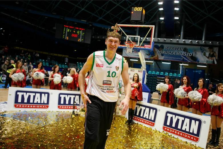 Adam Wójcik był niekwestionowanym królem wrocławskiej i polskiej koszykówki. Jako jedyny zawodnik w historii ekstraklasy zdobył ponad 10 tysięcy ligowych punktów - ten rekord nie zostanie pobity przez długi czas