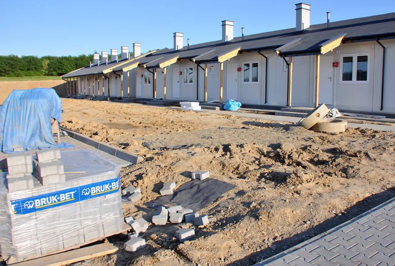 Pierwsze budynki na kontenerowym osiedlu przy ul. Białobrzeskiej w Krośnie są już gotowe. Trwają prace przy zagospodarowaniu otoczenia.