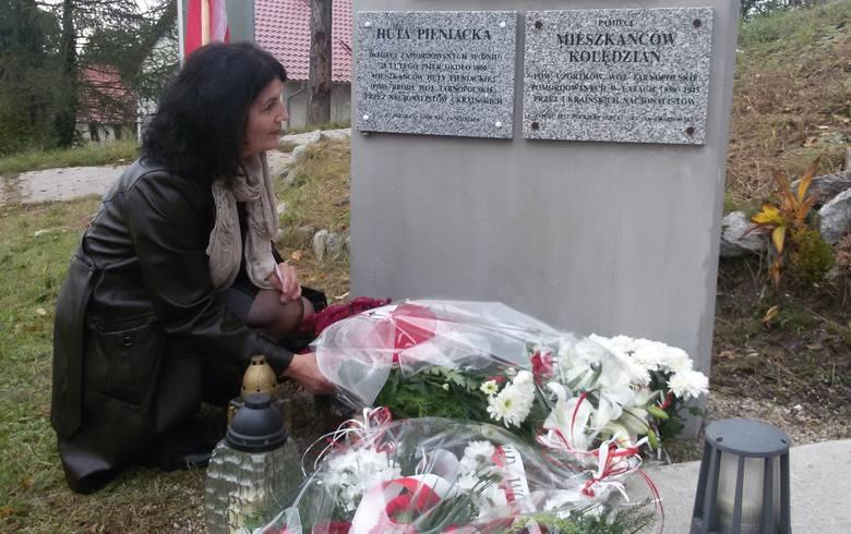Jolanta Walkowiak przy tablicy poświęconej mieszkańcom Kolędzian. Łężyca 2014
