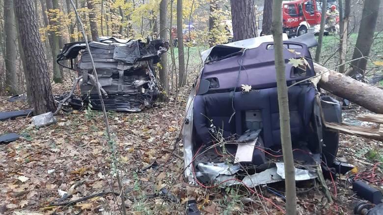 Dziś (w niedzielę, 10.11.) około godz. 14 doszło do wypadku. Na DK 25 między Bydgoszczą a Tryszczynem samochód osobowy marki BMW wypadł z drogi. Uderzając