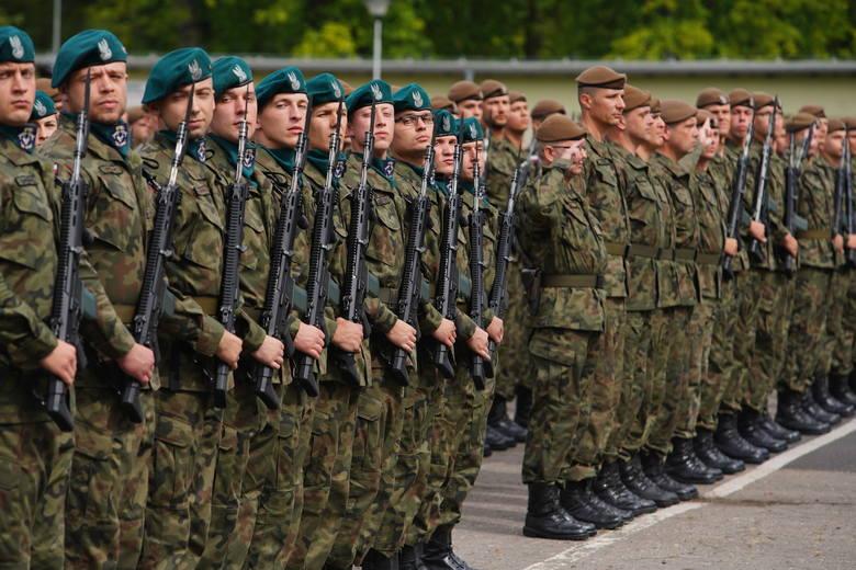 Żołnierze Wojsk Obrony Terytorialnej kończą swoje podstawowe szkolenie i w sobotę złożyli uroczystą przysięgę. Zobacz zdjęcia z uroczystości w Biedr