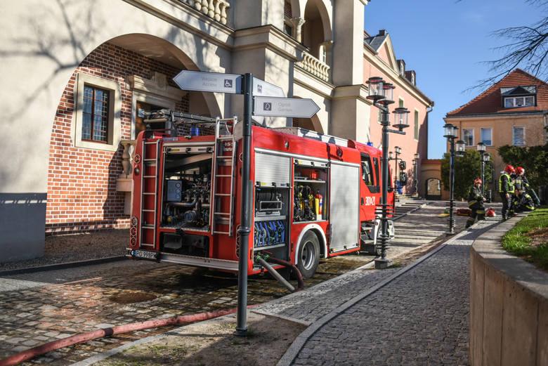 Uposażenie zasadnicze strażaka wzrasta z tytułu wysługi lat w Państwowej Straży Pożarnej, od dnia udokumentowania posiadanych okresów służby, o 2% po 2 latach służby i o dalszy 1% za każdy następny rok służby do wysokości 20% po 20 latach służby oraz o dalsze 2% za każde następne 2 lata służby...