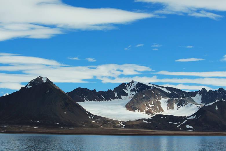 Niezwykły widok na wysokie góry Spitsbergenu