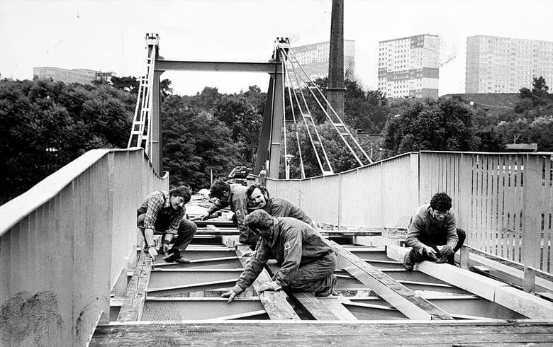 Wiadukt wzdłuż ulicy Wojska Polskiego, wiadukty Warszawskie, most Bernardyński, most Esperanto... Codziennie jeździmy i chodzimy w tych miejscach. <br /> <br /> <strong>Zapraszamy Was w podróż kilkadziesiąt lat wstecz</strong> - zobaczcie na archiwalnych zdjęciach, jak budowano/lub remontowano bydgoskie...