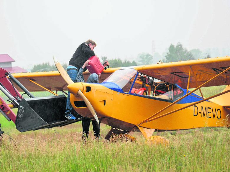 Wojciech Wojakowski pomógł lotnikom zatankować paliwo do samolotu i po chwili podróżnicy odlecieli do Berlina.