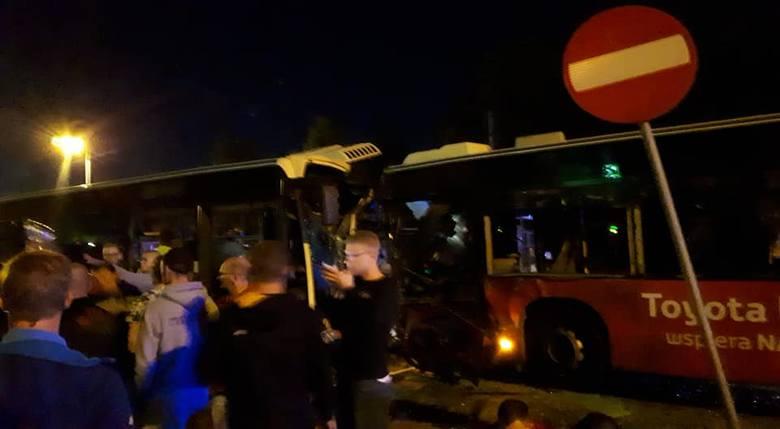 Droga w miejscu zdarzenia była całkowicie zablokowana do godzin porannych. - Policjanci przesłuchali świadków, przeprowadzili badanie trzeźwości jednego