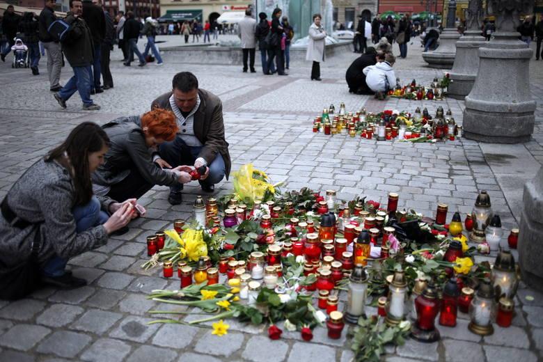 Rankiem 10 kwietnia 2010 roku całą Polskę obiegła informacja o śmierci pary prezydenckiej oraz ponad 90-ciu innych osób lecących do Smoleńska na obchody