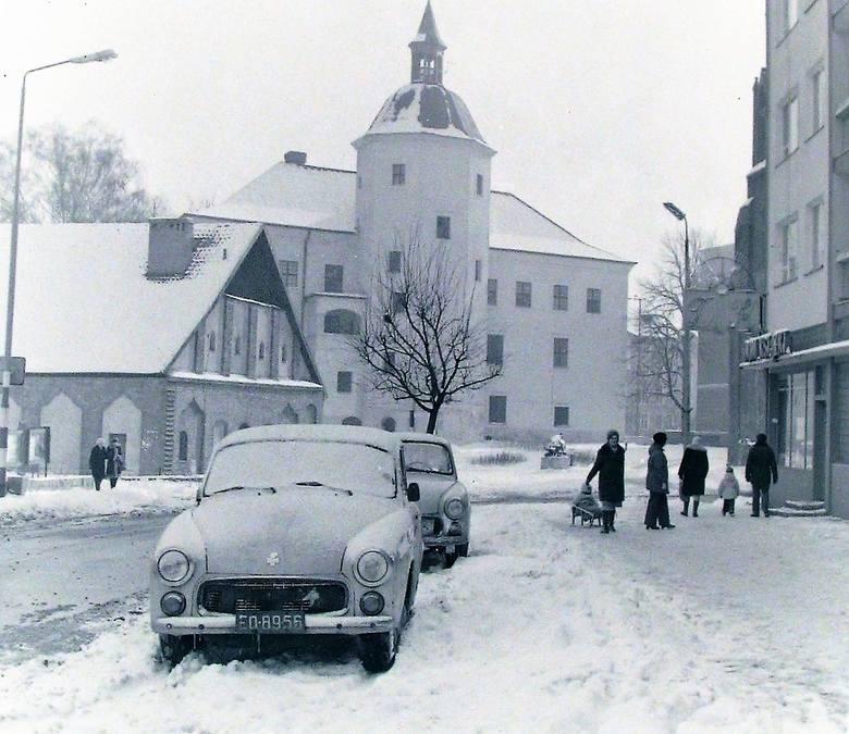 Ulica Mostnika oraz zamek i młyn na początku zimy stulecia.