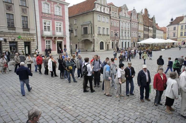 Gigantyczna kolejka na Starym Rynku. Prezydent rozdawał flagi