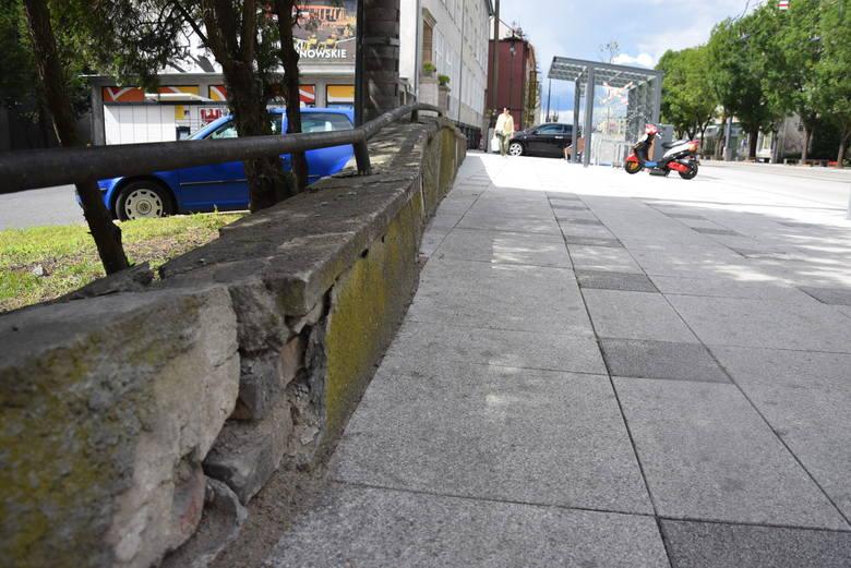 Murek koło urzędu jest jednym z kilku miejsc, które szpecą przebudowywaną ul. Sikorskiego.