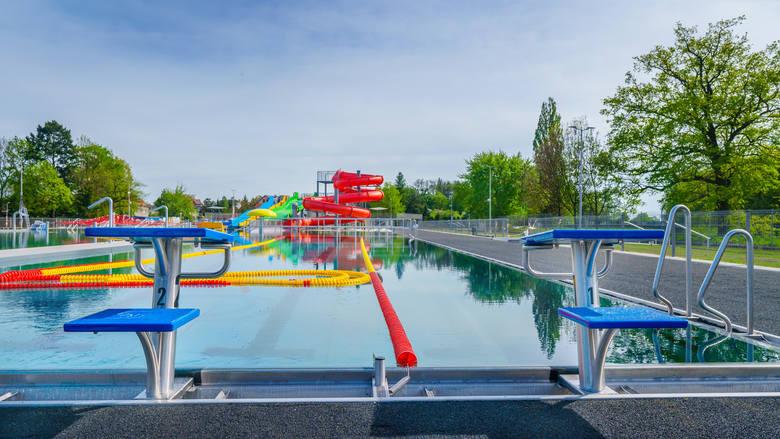 """Kończy się budowa nowych basenów odkrytych w Oławie, niespełna 30 kilometrów od Wrocławia. Powstają obok krytej pływalni """"Termy Jakuba"""". Otwarcie basenu"""