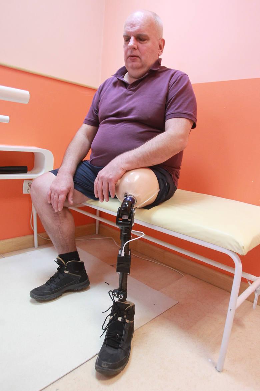 Czujnik ostrzega niewidomego przed przeszkodą. To pierwszy taki prototyp protezy w Polsce
