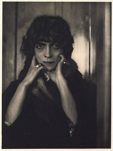 Luisa Casati (1881-1957) – Po ojcu odziedziczyła tytuł książęcy i ogromną fortunę. Była muzą, mecenaską i kochanką wielu słynnych na początku XX w. Zachwycał się nią nie tylko D'Annunzio, ale także Jean Cocteau i Man Ray. Do 1930 r. przepuściła swój majątek i wpadła w ogromne długi. Zmarła w...
